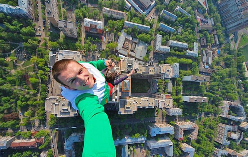 Hombre en lo más alto de un edificio